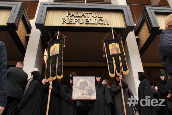 Grup de enoriași protestând pe 11 octombrie în fața Palatului Republicii