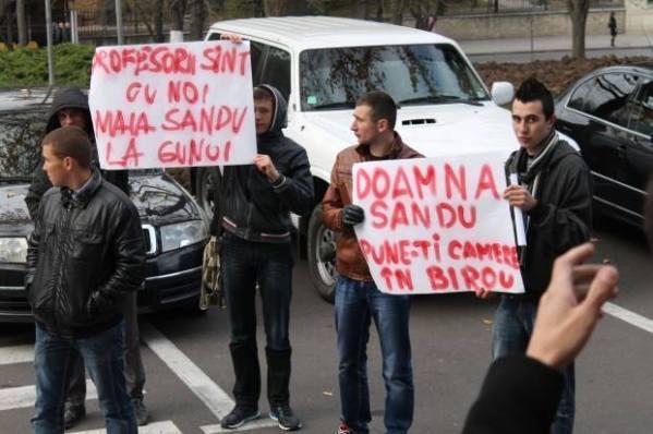 Elevii protestând împotriva BAC-ului în ziua de marți, 19 noiembrie PC: #diez