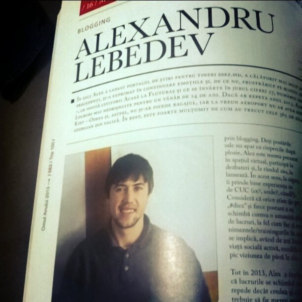 Poză simplă din birou în revistă